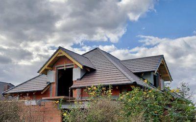 Płaska dachówka ceramiczna na imponującym dachu z lukarnami